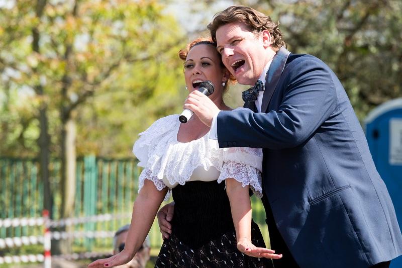 Kép: Peller Károly és Bódi Barbara színművészek duettet énekelnek