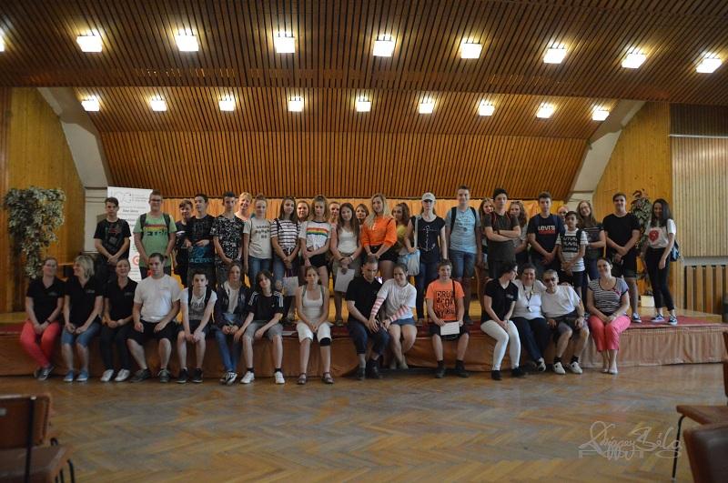 Csoport kép:komáromi Jókai Mór Gimnázium 7. osztályos tanulóiról és segítő munkatársaink ról
