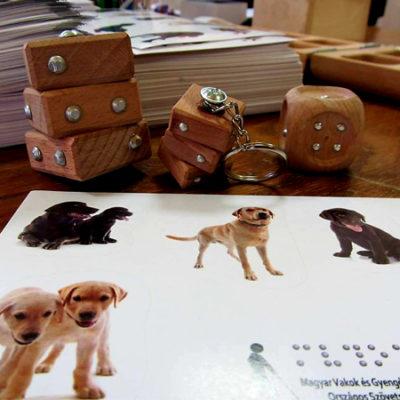 kép:Braille-dobókocka, braille-kulcs írásos fa kulcstartó