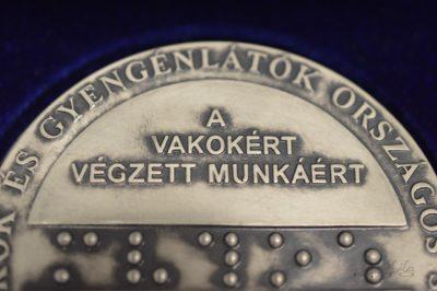 kép:Braille emlékérem hátoldal látható felirat A vakokért végzett munkájáért
