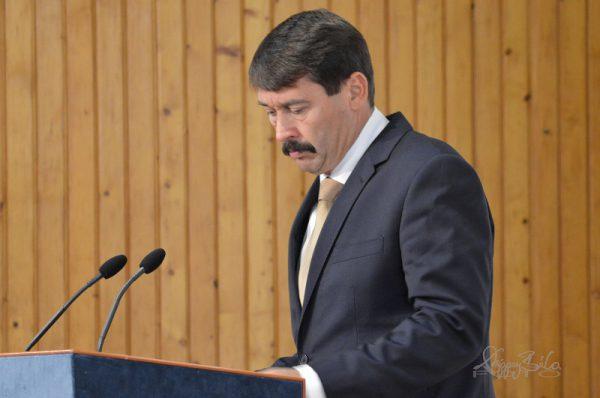 kép:Áder János köztársasági elnök,épp beszédet mondd az MVGYOSZ székáházban