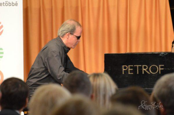 kép:Érdi Tamás zongra művész épp zongárzik az MVGYOSZ székházában