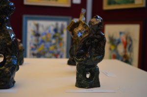 kép:A suttogó szobor és a háttérben kiállítás többi szobra