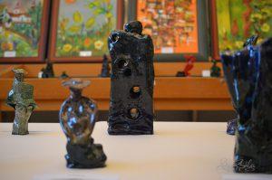 kép:Az őszidőben szobor és mellette még egy oszlop szobor tele lyukkal