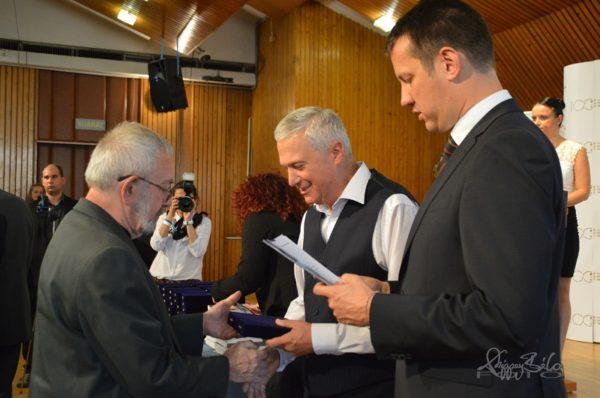 kép:Dr. Nagy Sándor épp átada egy Brallie emlékérmet